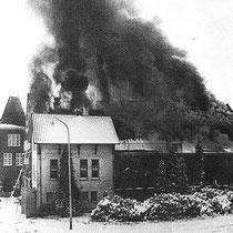 Na de brand werden alle resten waaronder veel conservenblikken om de hoek op het einde van de Spoorstraat, op de voormalige gemeentelijke vuilstortplaats gedumpt.
