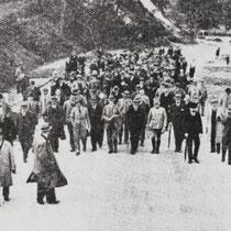 """De vereniging """"Het Nederlandsche wegencongres"""", maakte in augustus 1932 een wandeling, over de weg Nuth - Hoensbroek in aanleg."""