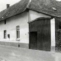 Tot 1938 lag aan de toenmalige Rijksweg Nuth-Meerssen in Hunnecum de boerderij van de families, Somers-Erven en later Somers-Pinckaerts.   De boerderijpoort rechts op de foto was de ingang naar het woonhuis van de familie Somers-Pinckaerts.