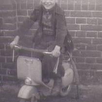 Jaarlijks kwam een fotograaf langs de scholen, met in dit geval een scootertje, om foto's te maken