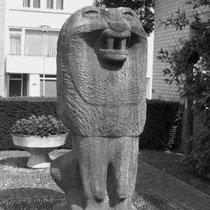 Na de restauratie en verplaatsing van het monument op 17 september 1988, bij het tegenwoordige gemeente huis......