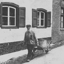 Lei Kleintjens had op een meter of vijftig van zijn huis een tuin waar groenten en aardappelen werden gekweekt. Op zekere dag kwam hij van zijn land met een kruiwagen vol aardappelen. Hij ontmoette een bekende met wie hij in gesprek kwam.