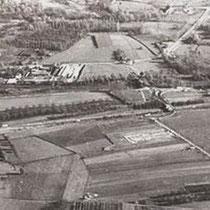 """Autosnelweg, links de huizenrij in """"Lui"""" midden """"AGA"""" en rechts Huize de Dael 19-11-1954 Openstelling 2x2 Nuth - Heerlen (2e rijbaan)   19-12-1959 Openstelling 2x2 Spaubeek - Nuth (2e rijbaan)   29-11-1963 Openstelling 2x2 Geleen – Spaubeek (2e rijbaan)"""