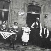 Deze foto is gemaakt voor café Henssen onderaan de Schuureikenweg (waarschijnlijk eind jaren 40 ). Op de foto staan v.l.n.r. Lies Gerits (onderwijzeres te Hoensbroek, 1917 -1981), onbekend, Marie Gerits-Cobben (1893-1976), Anna Gerits (1901-1972),