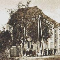 De opening van het gebouw geschiedde onder belangstelling van velen, die uit hoofde van hun waardigheid, ambt of functie uitgenodigd waren,