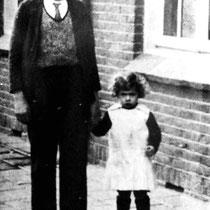Henk Bloebaum en zusje Trees in de Bavostraat rond 1938  (met dank aan Henk Bloebaum j.r.)