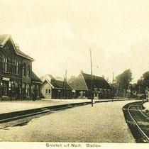 In de eerste jaren waren de perrons niet verhard, waardoor treinreizigers bij slecht weer in de modder stonden.