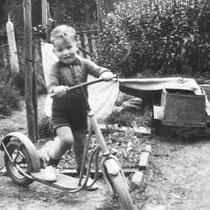 Jean Wasserman 1953. Achter in de tuin in de Tiendstraat