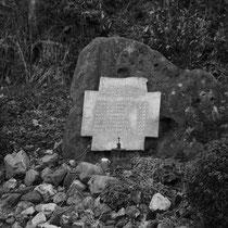 Monument op de Thullerheide bij het Mulderwegske   Een maand na de bevrijding van Vaesrade - Thull op 24 november 1944 gebeurde hier een tragisch ongeval.  Bij het opladen door twee leden van het verzet van wapens / munitie en springstoffen , uit een vebo