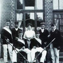 Schutterij Vaesrade 1908  Op 1 oktober 1897 werd de geweerdragende schutterij opgericht door de heren, M. Smeets, M. America en J.M. America. Gezien de voornaam van twee van de oprichters,  te weten Martien, werd de schutterij St. Martinus genoemd.