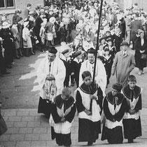 Kindercommunie processie jaren '30 met o.a.  Pastoor Ritzen, Kapelaan Janssen en Rijksveldwachter Jagersma