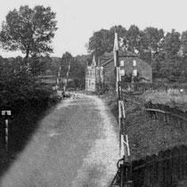 """Door de komst van de spoorbrug, werden 4 spoorwegovergangen gesloten, zoals hier bij 'De Geit""""....(Stationstraat)  op de achtergrond de overweg voor het mijnspoor"""