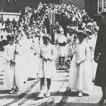 Processie op 13 mei 1956 in Vaesrade. Bruidjes o.l.v. onderwijzeres Jeanne Grootjans
