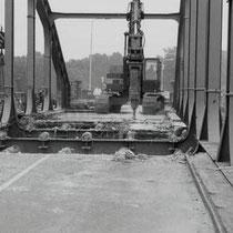 Ongeveer dezelfde foto, maar nu 55 jaar later bij de sloop !  In 1986 werd er een enorme brede scheur ontdekt in deze brug, vermoedelijk ontstaan door het vele (vracht)verkeer.  Renovatie bleek te duur en in 1990 werd de brug gesloopt