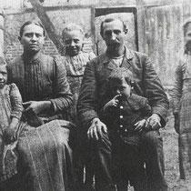 1900 Boerenhoeve van Albert America e.v. Elisabeth Meulenberg in de Rozenstraat 1, met kinderen, Henriëtte, Josephina, Jaques en Anna