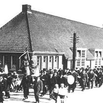 """Terugkeer per trein van Nuthse muziekkorpsen, die deel hebben genomen aan de """"St. Joep"""" processie in Sittard  Hier te hoogte van het """"remmersgebouw"""""""