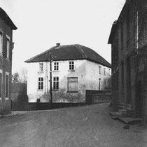 Het meest omstreden huis van Nuth Gebouwd als kosterswoning en schooltje, later woonde de kapelaan erin, en in een ander gedeelte was het gemeentebestuur erin onder gebracht, dit tot ongenoegen van de pastoor.....