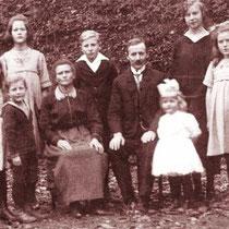Het gezin De Hey uit Friesland, v.l.n.r. Berta, Jan, Hendrika, Grietje, Gerard, Kornelis, Wiegertje, Margaretha en Johanna (Jan en Wiegertje zijn in Nuth geboren)
