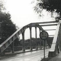In de jaren dertig van de vorige eeuw werd de eerste gelaste spoorbrug van Nederland in Nuth gebouwd .  Daarvoor werden ijzeren spoorbruggen met klinknagels in elkaar gezet