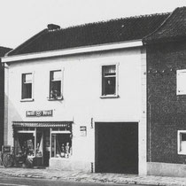 Winkel van Henk en Lenie Bosman - Weusten, in het middenraam, Frans en Wim Bosman Rechts Tante Bertha