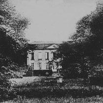 Uit die tijd resteert een gedeelte van de hoektoren. In de 17de en 18de eeuw hebben meer en minder ingrijpende verbouwingen plaatsgehad. Het interieur bevat onder meer een vertrek in Lodewijk XVI-stijl.