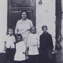 Marie Franssen - Damoiseaux met kinderen, v.l.n.r. Albert, Clement, Mai, en Hub Rozenstraat 11 in 1925