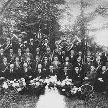 In Nuth woonden toen al verschillende muzikanten, maar die speelden ergens anders in een orkest. Veel muzikanten speelden in Amstenrade . Zij besloten wat dichter bij huis te blijven en zelf een harmonie in Nuth op te richten.