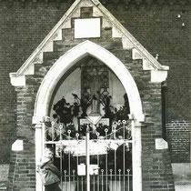 De kapel in Grijzegrubben, met Jos Ritzen in 1959  (met dank aan Jos Ritzen)