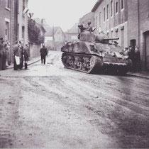 Sherman tank in de Kerkstraat, met links café Giel Harst