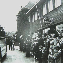 Begin van een reisje, start bij boekhandel Tillmans in de Raadhuisstraat