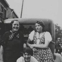 Links Anna Schoumakers met Fina Slangen voor Troutje Kersten