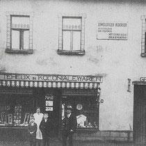 Winkel Teheux  v.l.n.r. Jan Teheux, moeder Teheux, Leo Teheux, en vader Teheux  in het raam, Marieke Meens - Franssen