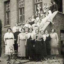 1935 Dameskrans voor het goede doel olv past. Ritzen op de trap van de achterzijde van het klooster