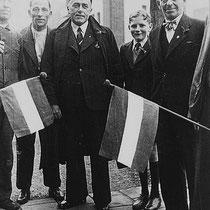 Burgemeester Starmans teruggekeerd uit de onderduikerswereld, bevindt zich op de dag van de bevrijding op 18 september 1944, weer tussen de burgers van Nuth