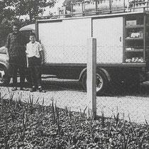 Zef Ritzen met zijn zoon Hub bij de melkwagen