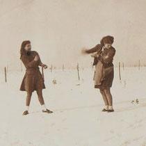 Winter in Terziepe  Links Trees Bloebaum met haar schoonzus Lieske Vromen, (getrouwd met Henk Bloebaum) In de oorlogswinter van 1942  Met dank aan Henk Bloebaum jr.