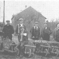 Gemeentelijke werkverschaffing in 1932  Noodgedwongen uitvoering van wegverbetering, in eigen beheer nabij Hellebroek in de crisisjaren