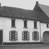 n 1850 verhuist apotheker Frans de Wever van Sittard naar Nuth. Hij begint een apotheek in de grote witte boerderij waar voorheen de familie Clootz woonde. (op de plek waar nu de winkel van America ligt)