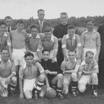 Kampioen 1952 -1953 Minor A jeugd.  staande achterste rij v.l.n.r. Harrie Engelen (bestuurslid), Hub Ritzen (voorzitter Minor), kapelaan Clerx (geestelijk adviseur), Zef Knubben (jeugdleider). tweede rij staande v.l.n.r.: Hub Roemgens, Theo Philips, Jan C