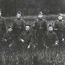 Hier in Kathagen, knielend v.l.n.r. Jules Smeets, Koos Kersten, Emiel Smeets, Giel Ritzen  Staand v.l.n.r. Somers (Amstenrade), Jeurissen (Doenrade), Zef Sijen, Valkenberg (Amstenrade),  sergeant Engel (Hoensbroek)
