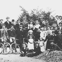 """Foto met enkele leden van wielerclub """"De Zwaluw"""" 1928"""