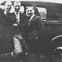 Piet Kersten had voor zijn (prof)wielercarriére een Oldsmobile gekocht, om zijn contracten met wielerbaandirecties in binnen en buitenland na te komen  van links Joep Schoumakers, Piet Kersten, Koos Kersten