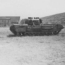 Een verlaten Cromwell? tank, bij het autoweg viaduct in de Stationstraat