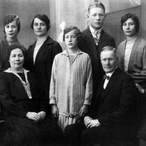 Familie Florax mei 1928  v.l.n.r.: Sophie, Keet, moeder Florax, Anna, Johanna, Jan, vader Florax, Liza en Marie