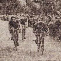 Jan was ook steeds van de partij op de druk bezochte 'ronde van Nuth' Met start en finish op de slagboomsweg, Hier met winnaar De Rooy uit Eygelshoven en tweede Gelissen uit Beek