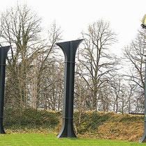 """Door kunstenaar Jos Hermans uit Nuth, is van enkele pijlers van de """"ijzeren brug"""" dit kunstwerk gemaakt genaamd """"De gevleugelde voet"""" en staat nabij de nieuwe """"betonnen brug"""""""