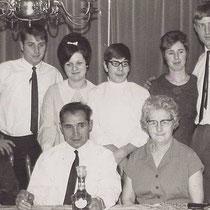 Oma Derks en vader en moeder Derks met hun kinderen en schoonzoon/dochter  v.l.n.r Wiel, Truus, Jan, Mia en Eric  Met Dank aan Wiel Derks