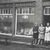 Winkel van H. Crapels in de St. Servatiusstraat 9  v.l.n.r. Annie Franssen - Viehmann, Marieke Meens - Franssen en Antje Crapels - America
