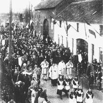 Processie in 1925 hier voor café Royen