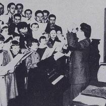 Mannenkoor en kinderkoor samen  o.l.v. onderwijzer Bastiaans met Kerstmis 1955